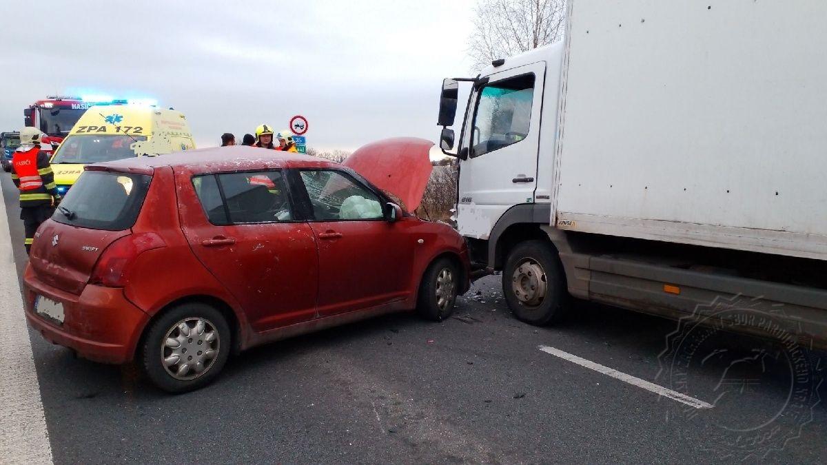 Dopravní nehoda zablokovala komunikaci I/35 u Holic