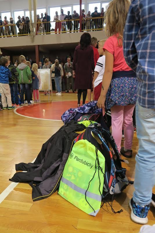 Prvňáci v celém kraji dostali batůžky s reflexními prvky či pravidly bezpečnosti v silničním provozu
