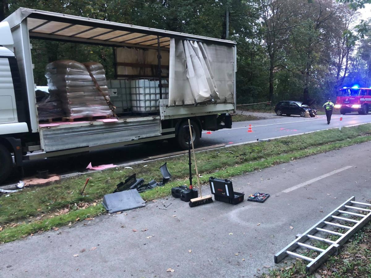 Nehoda tří vozidel Lázně Bohdaneč s únikem nebezpečné látky převážené... | Foto: Hasiči Lázně Bohdaneč