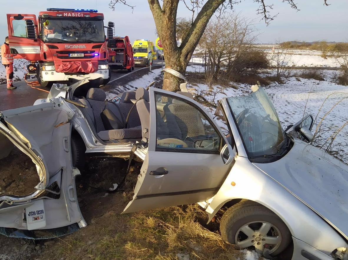 Řidička při nehodě nedaleko obce Honbice na Chrudimsku na místě zemřela, zraněný spolujezdec byl letecky transportován do nemocnice.