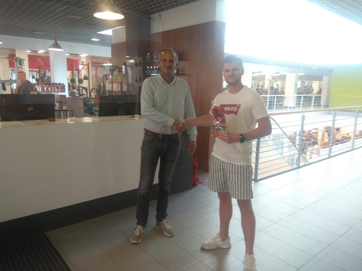 Šťastný vítěz, 29letý obráběč kovů Václav Krampera z Pardubic a generální manažer Sun City Fitness Pardubice Jiří Kopecký