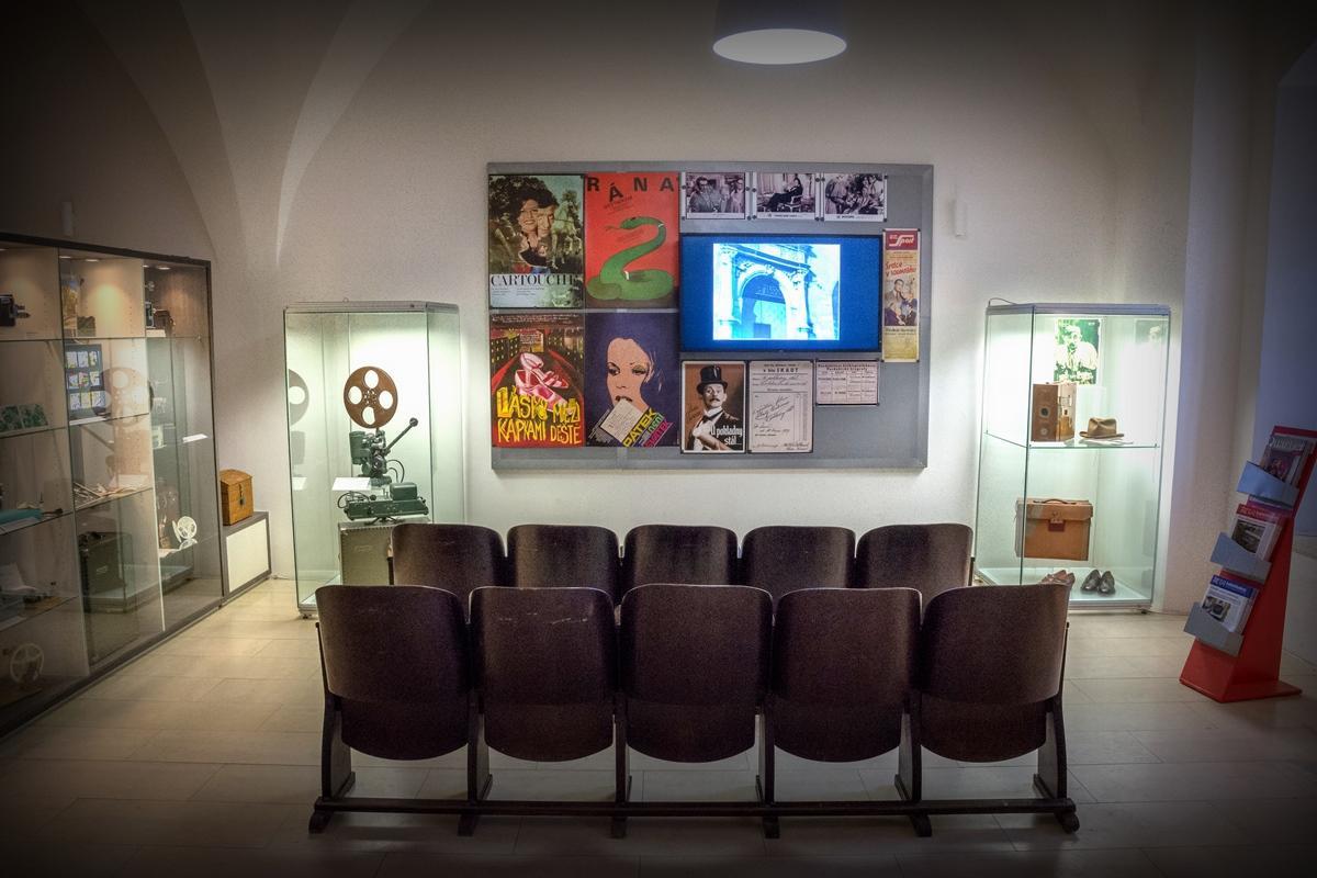 Historická filmová technika se představuje v pokladně muzea
