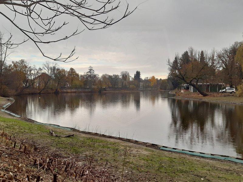 Dva roky trvající práce na odbahnění Matičního jezera u Bubeníkových sadů byly ve čtvrtek zdárně dokončeny.