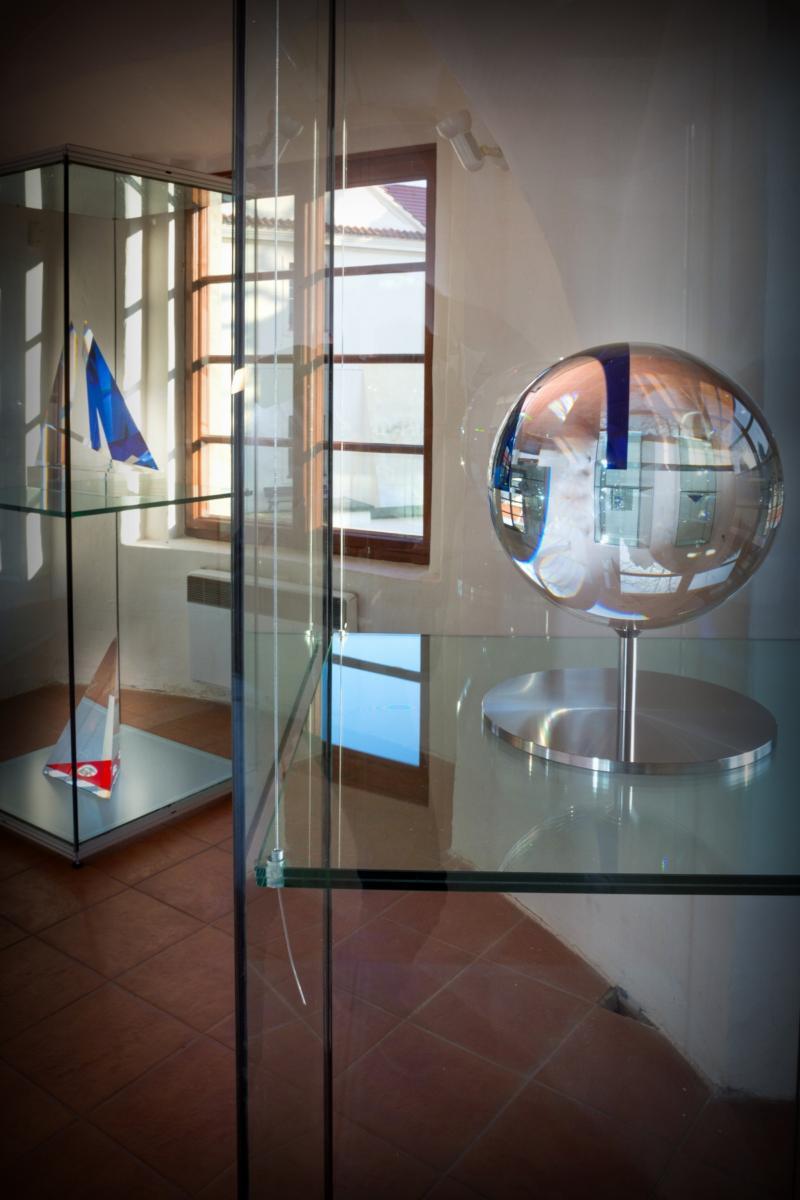 Plastiky z optického skla skláře Jana Frydrycha