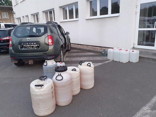 Stovky litrů podezřelého alkoholu zajistili celníci