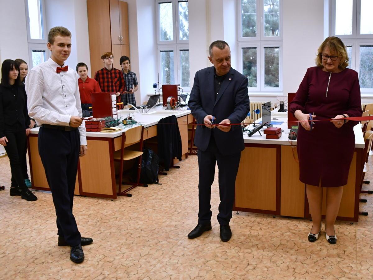 Žáci gymnázia a letecké střední školy pracují v nových laboratořích