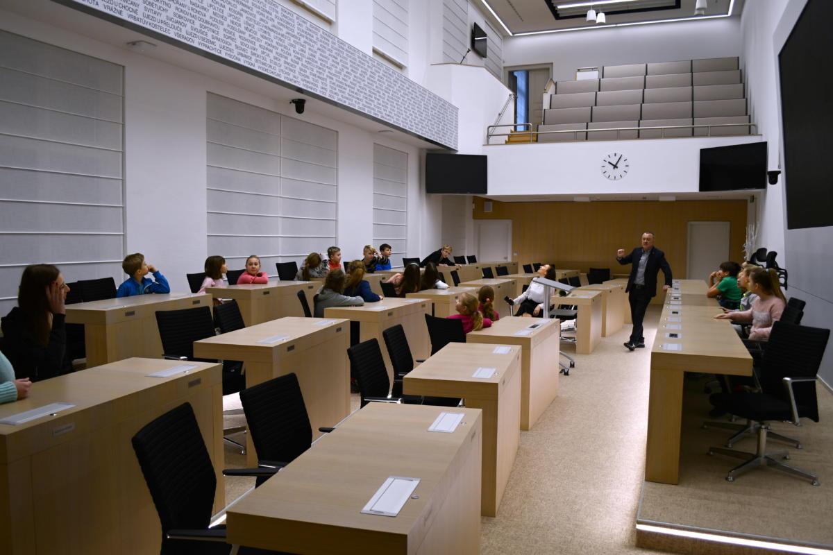 Žáci ze ZŠ Rybitví navštívili krajský úřad