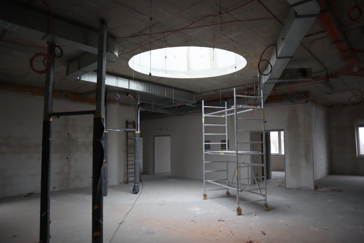 Psychiatrický pavilon už má svou finální venkovní podobu, práce se nyní přesunuly dovnitř