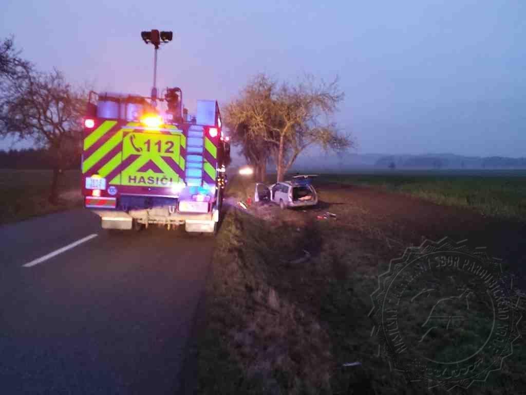 Řidiče osobního vozidla dnes ráno mezi obcemi Helvíkovice a Kameničná oslnilo protijedoucí auto.