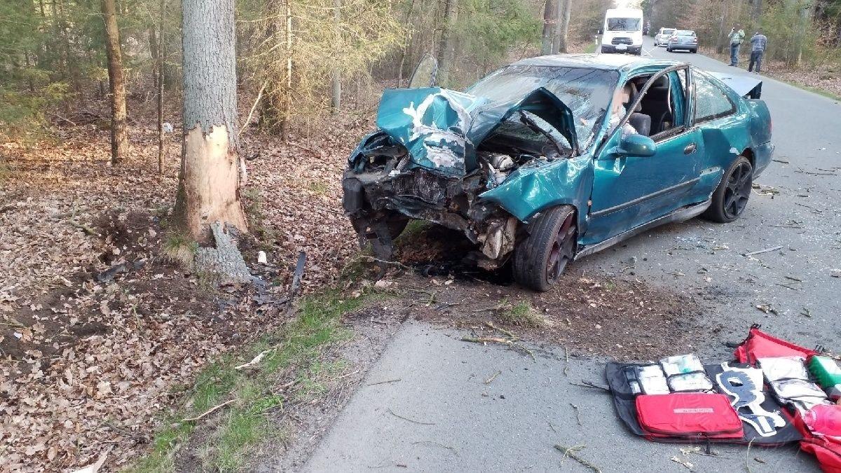 Hasiči dnes ráno vyprošťovali jednu zraněnou osobu z osobního vozidla, které čelně narazilo do stromu.