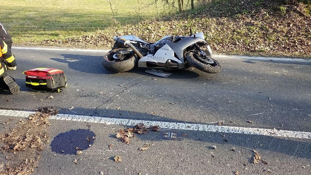 Hasiči poskytli zraněnému motorkáři předlékařskou první pomoc