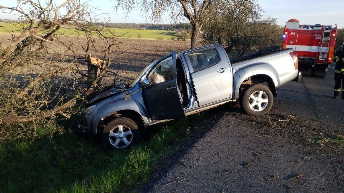 Včera u Přelouče narazilo osobní vozidlo do stromu.