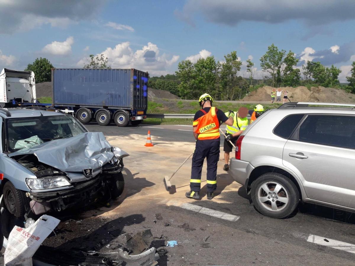 Jednotka profesionálních hasičů ze Svitav zasahovala včera odpoledne u obce Vendolí na silnici I/34 a u obce Koclířov na křižovatce.