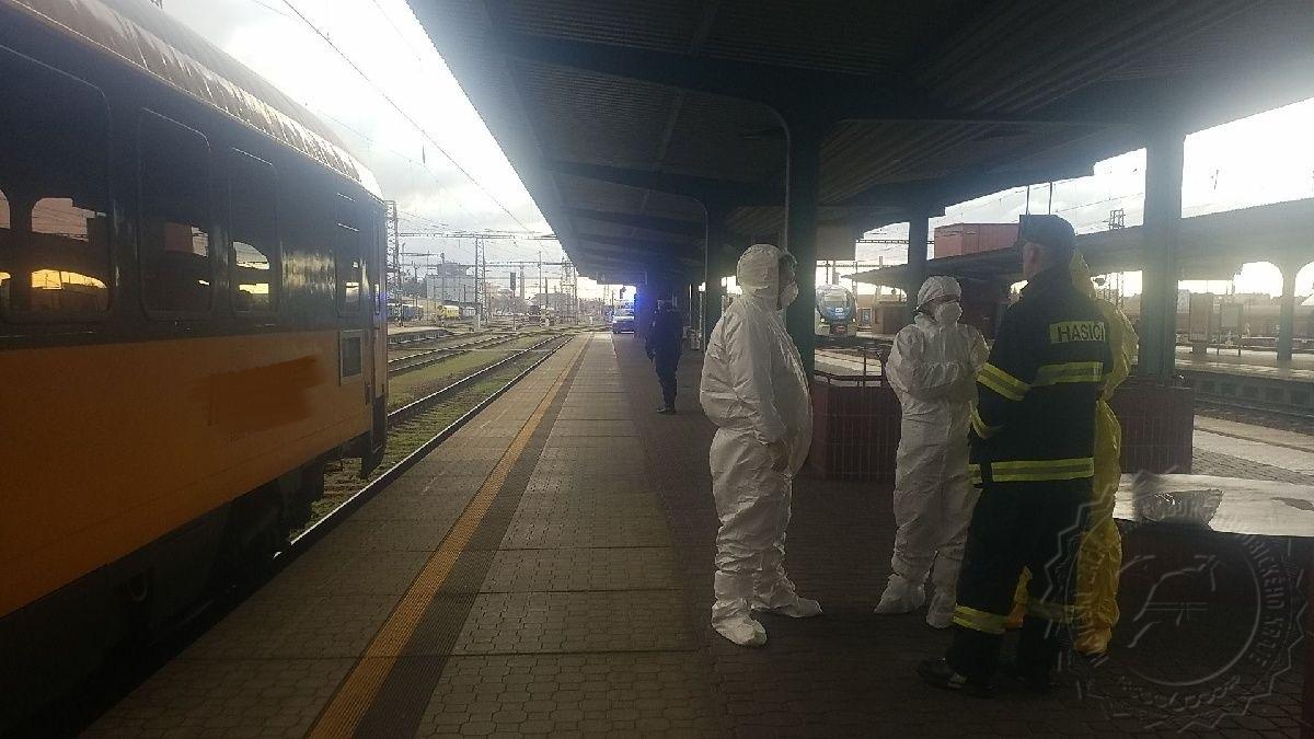 Hasiči zasahovali na pardubickém nádraží, čtyři cestující vykazovali podezření na koronavirus