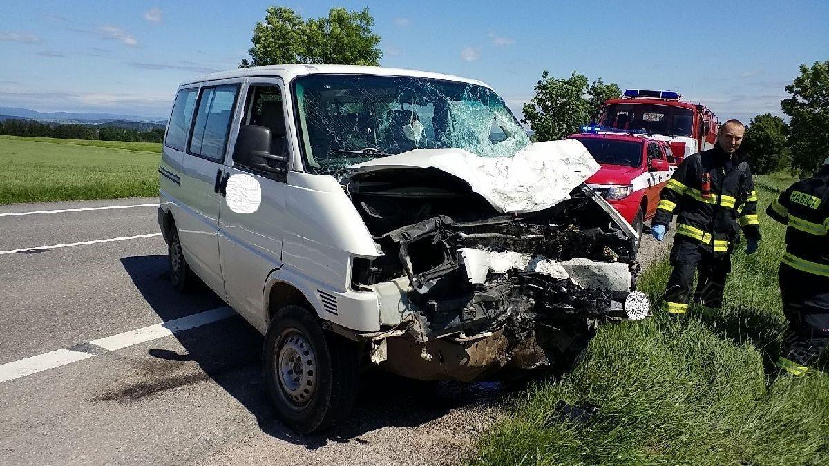 Motorka po nárazu s dodávkovým vozidlem shořela