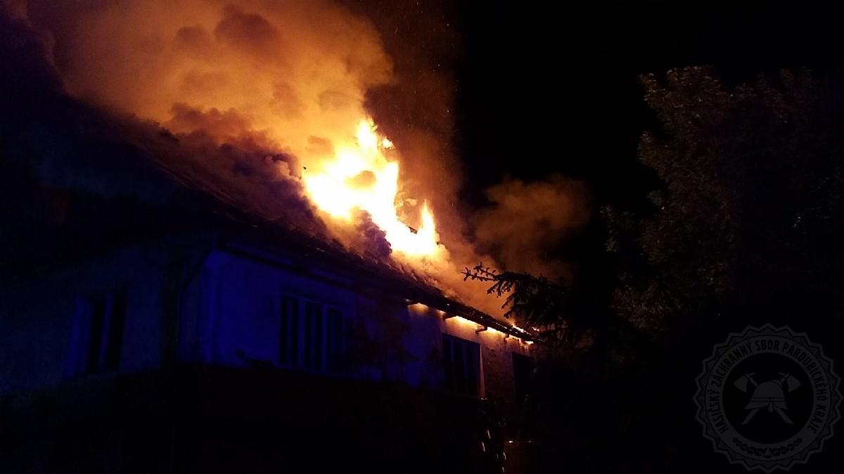 Vyšetřovatelé zjišťují příčinu vzniku požáru domu v Červené Vodě