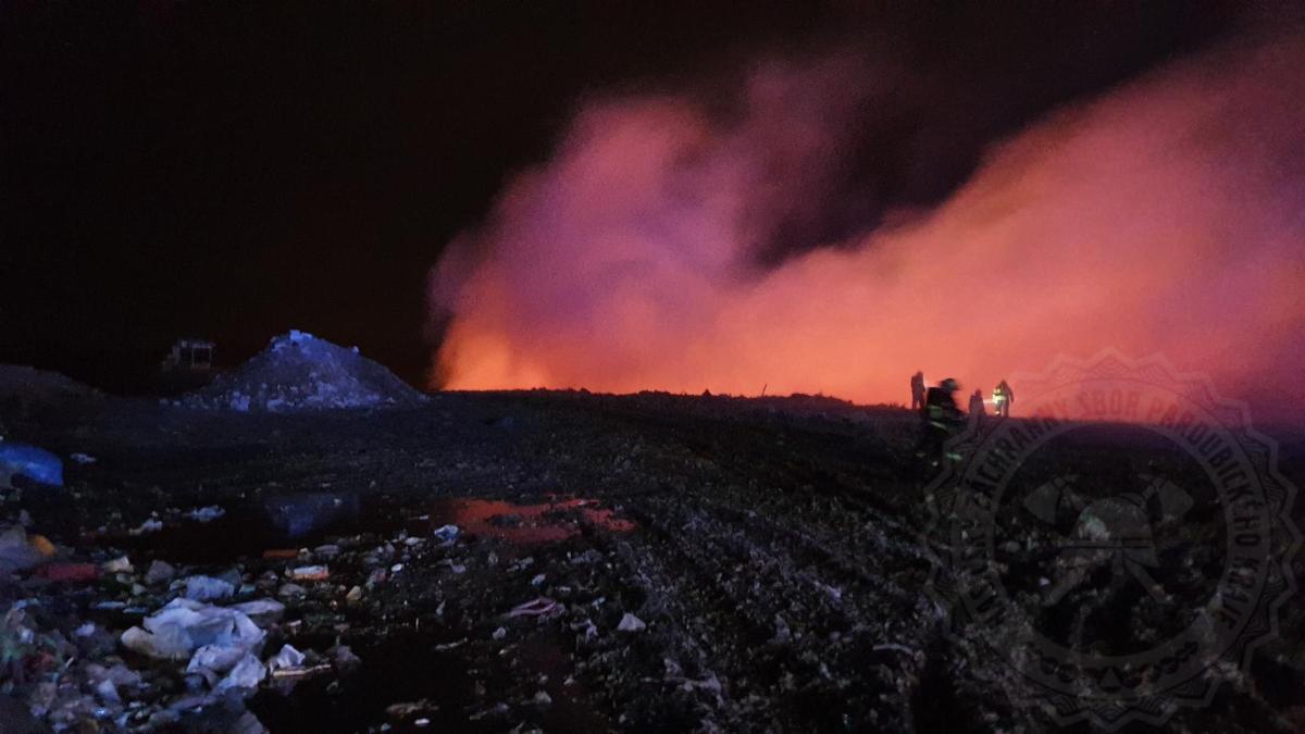 Po celou noc hasiči likvidovali požár, který vypukl na skládce