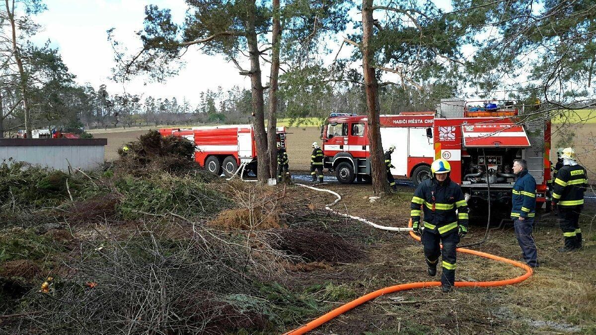 U Slatiňan zasahuje 5 jednotek hasičů u požáru skládky bioodpadu.