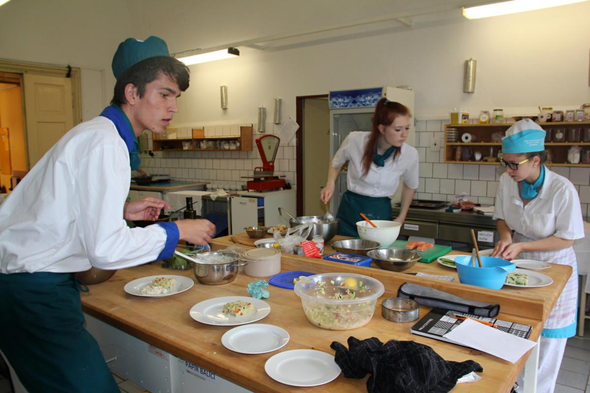 Praktické zkoušky skládali žáci v kuchyni