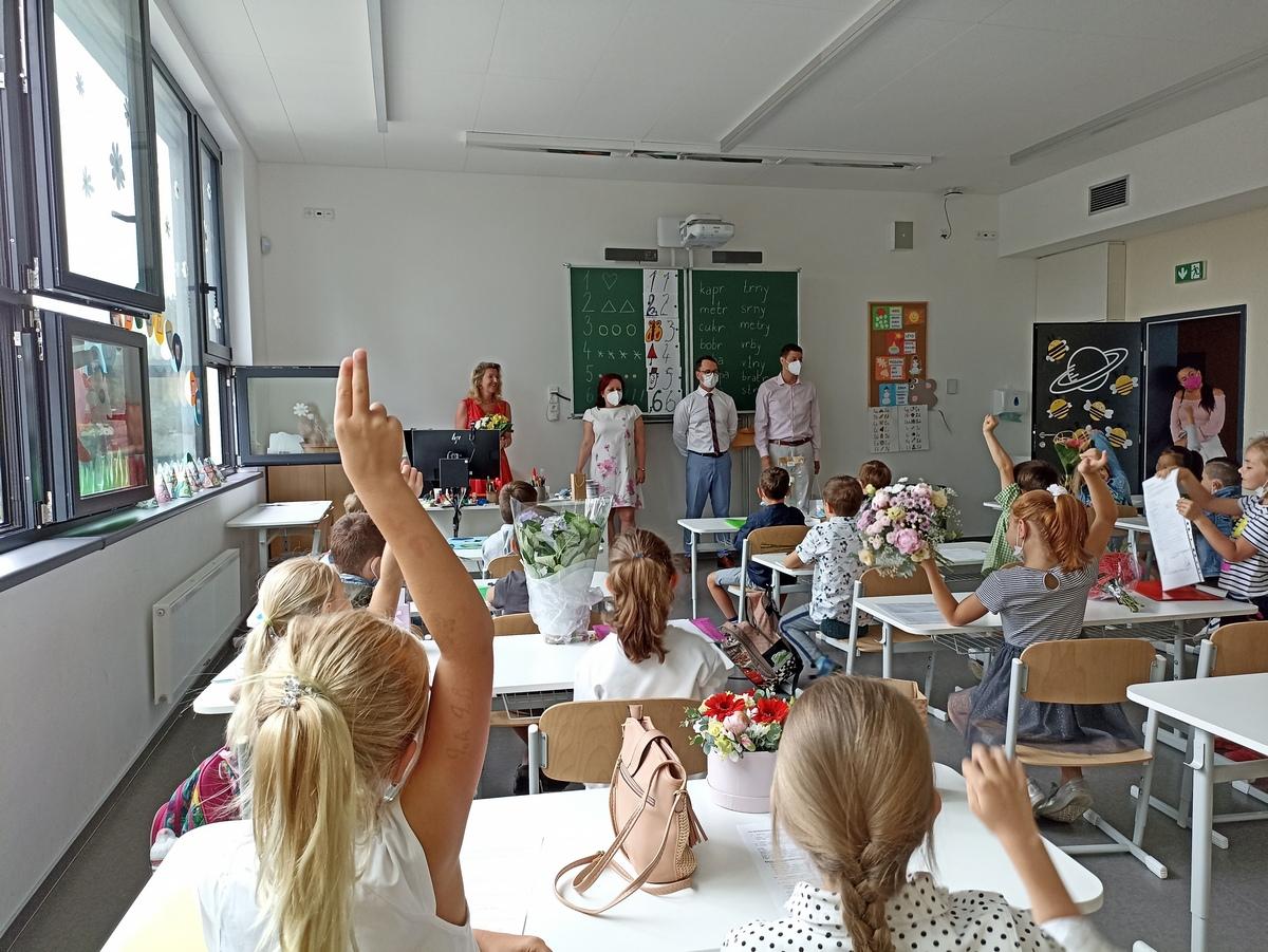 Děti se v nové přístavbě svítkovské ZŠ rozloučily se školním rokem