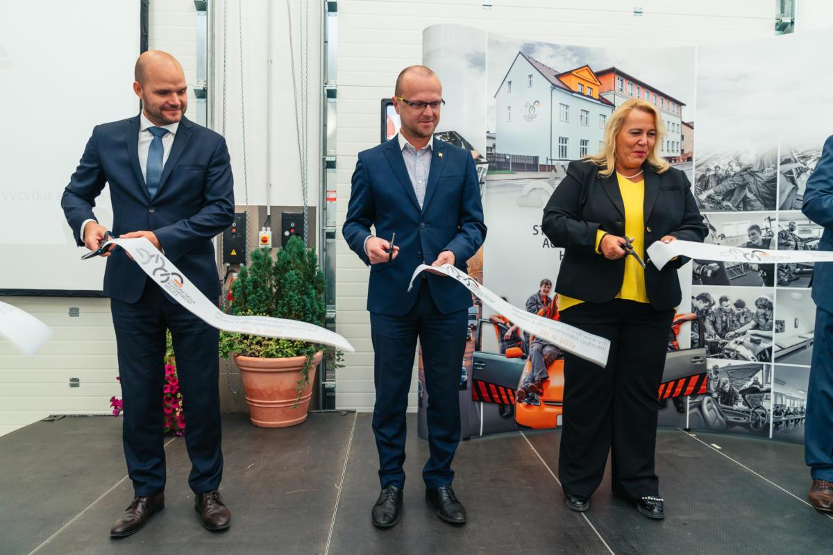 Střední škola automobilní v Holicích je vybavena nejmodernější servisní technikou v České republice