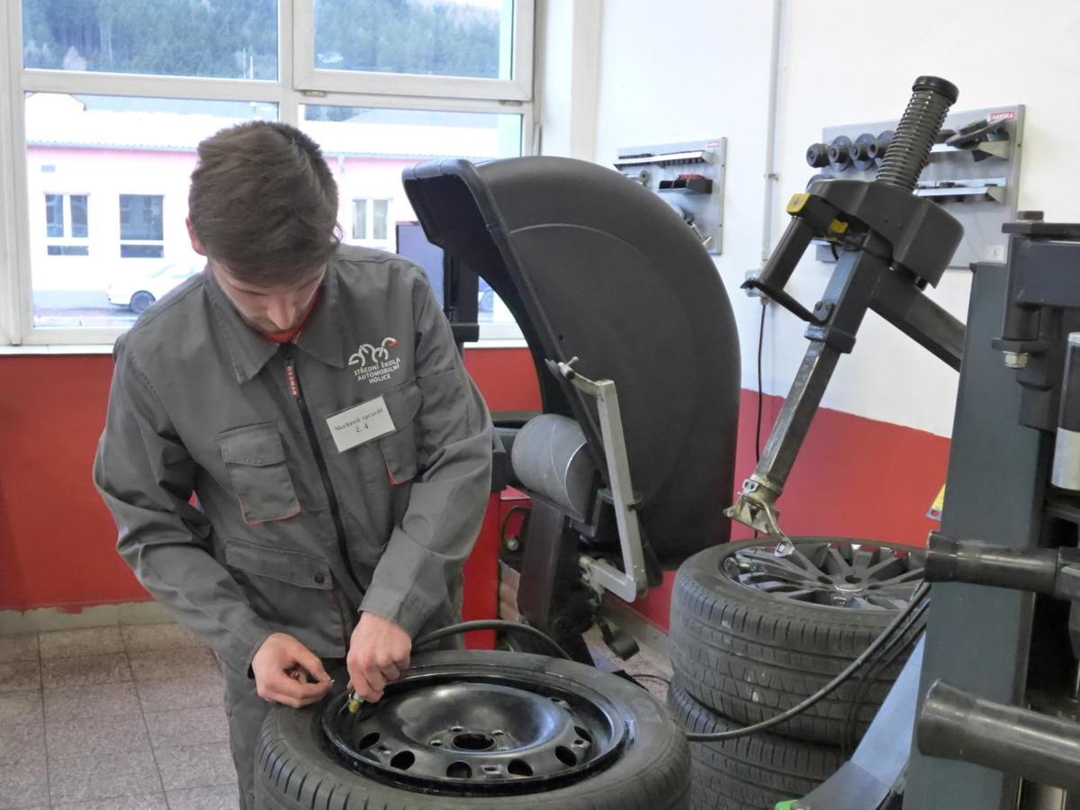 Na Střední škole automobilní Ústí nad Orlicí se uskutečnilo ve čtvrtek regionální kolo soutěže Autooprovář Junior 2019.