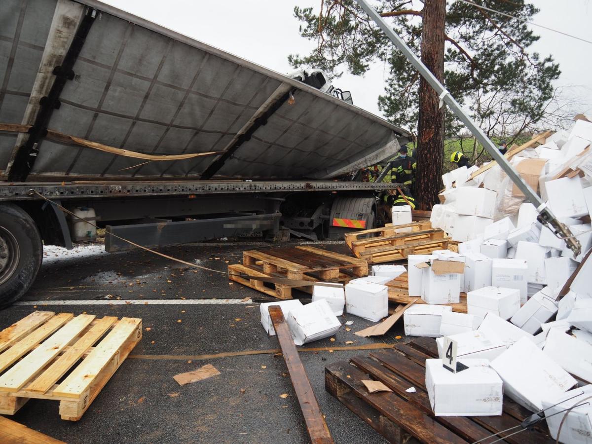 Kamion narazil do stromu a krabice vína se vysypaly na silnici.
