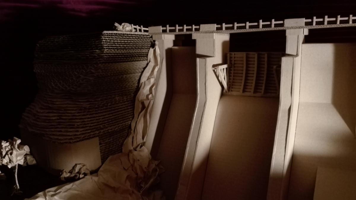 Studenti z Pardubic postavili vodní přehradní nádrž z vlnité lepenky