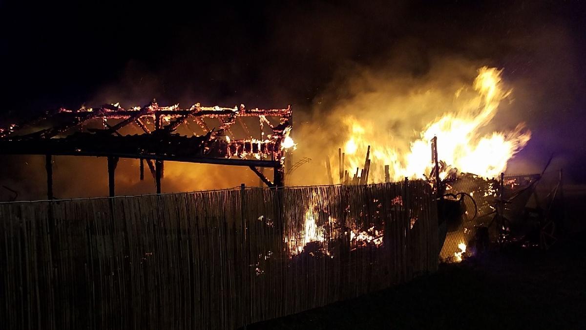 V neděli 8. prosince v 2.28 hodin vyjížděly čtyři jednotky hasičů do Ostřešan, kde došlo k požáru zahradního domku.