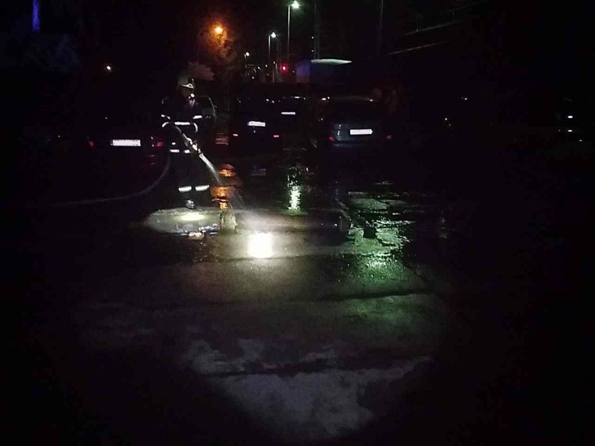 Plameny zničily nákladní automobil i s přístřeškem