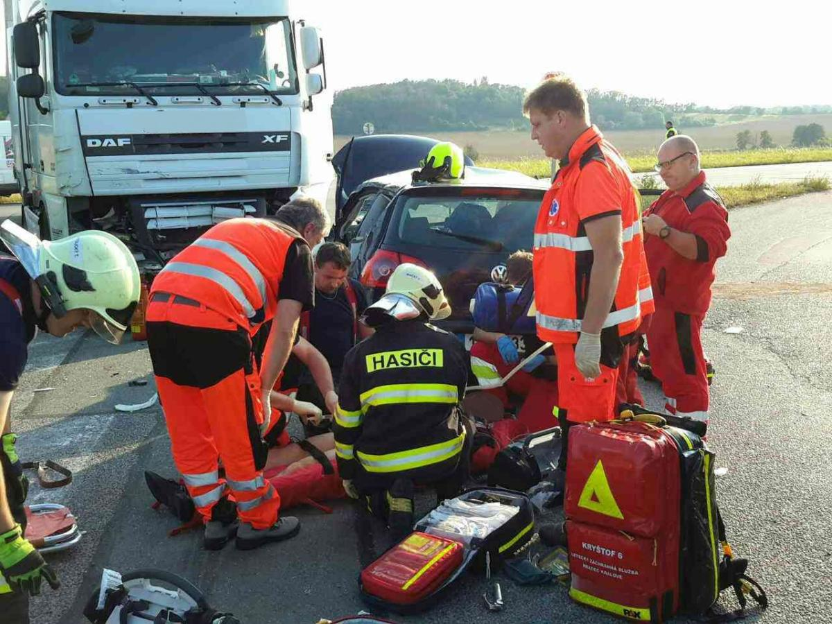 Nehoda osobního a nákladního auta u Zámrsku