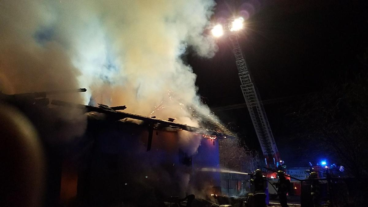 Do Sovolusek vyjíždělo v neděli 8. prosince v 0.39 hodin 5 jednotek hasičů.