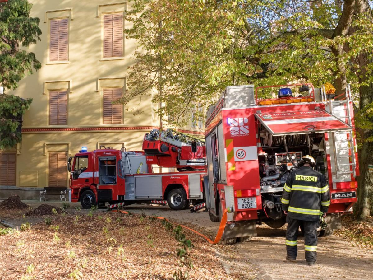 Státní zámek Slatiňany byl ve čtvrtek 7. listopadu v odpoledních hodinách v obležení hasičů.