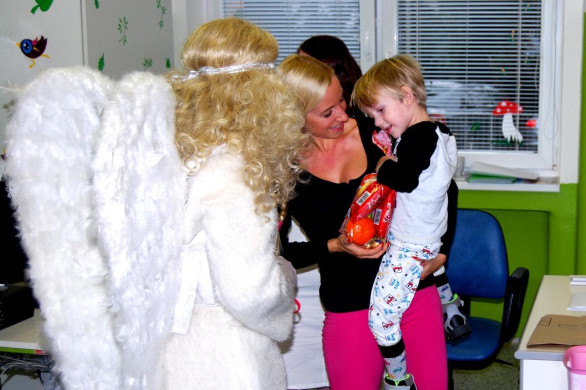 Za dětmi do nemocnice dorazili Mikuláš, čert a anděl. Rozdávala se dodatečná nadílka