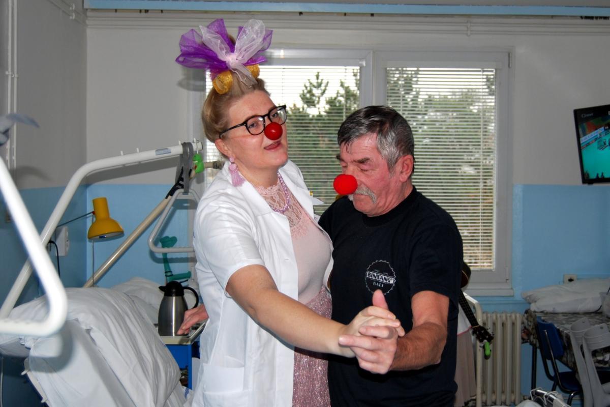 Učitelky z dětské chirurgie a zdravotní klaunky rozdávaly předvánoční radost