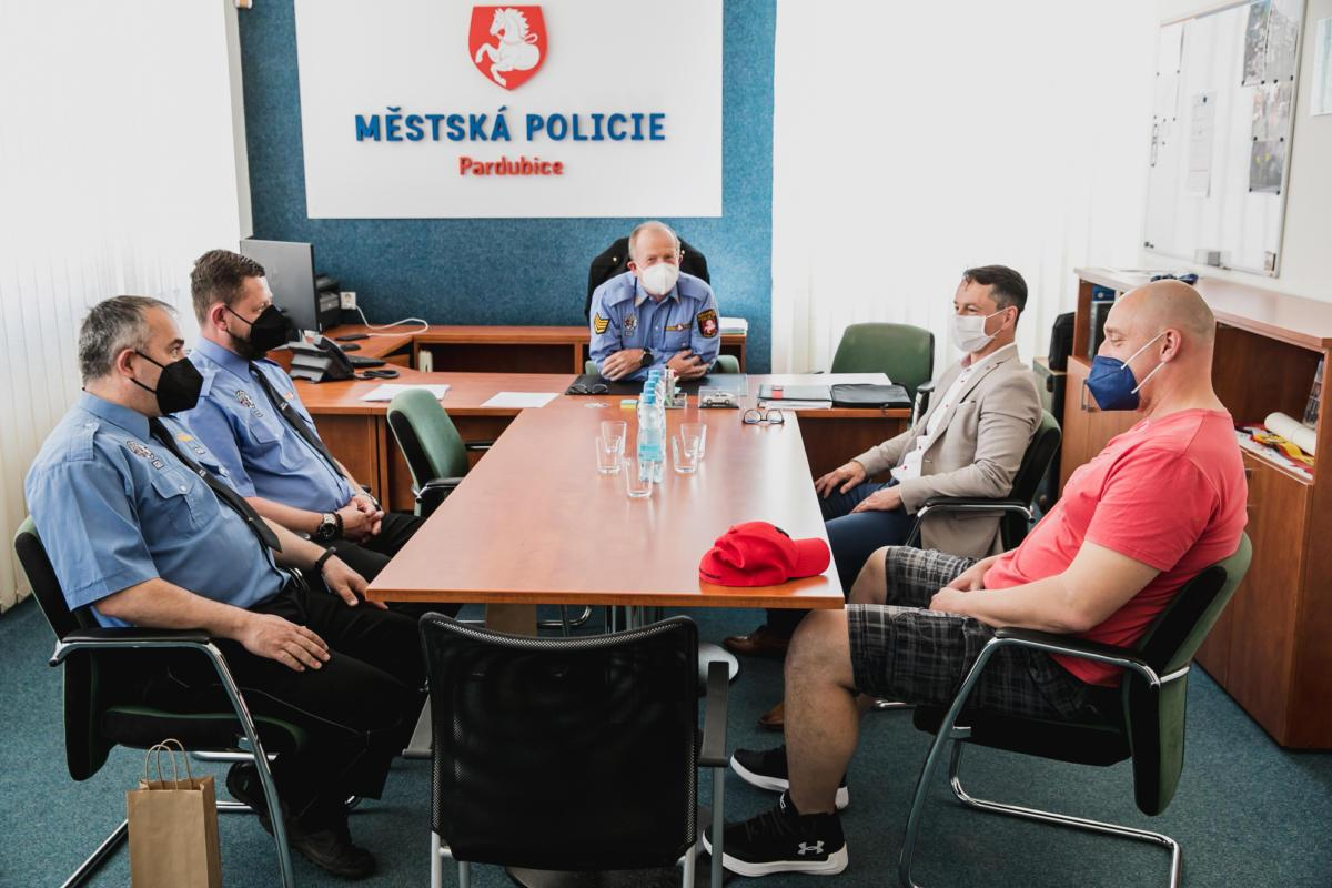 Poděkovat strážníkům za mimořádně aktivní přístup k práci přišel i primátor Statutárního města Pardubice Martin Charvát.