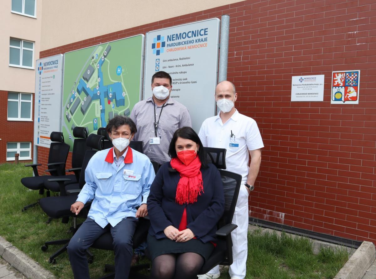 Společnost KYB CHITA Manufacturing Europe darovala internímu oddělení Chrudimské nemocnice  ergonomické židle. Za trochu neobvyklým darem se však ukrývá i osobní příběh.
