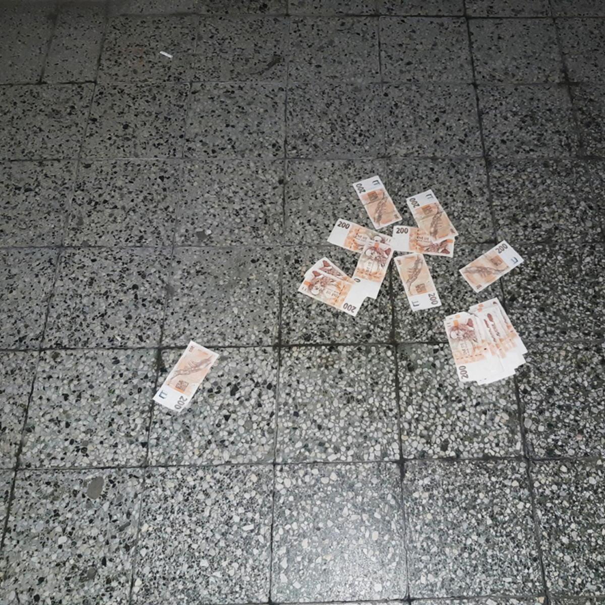 Zloděj nechával bankovkou stopu