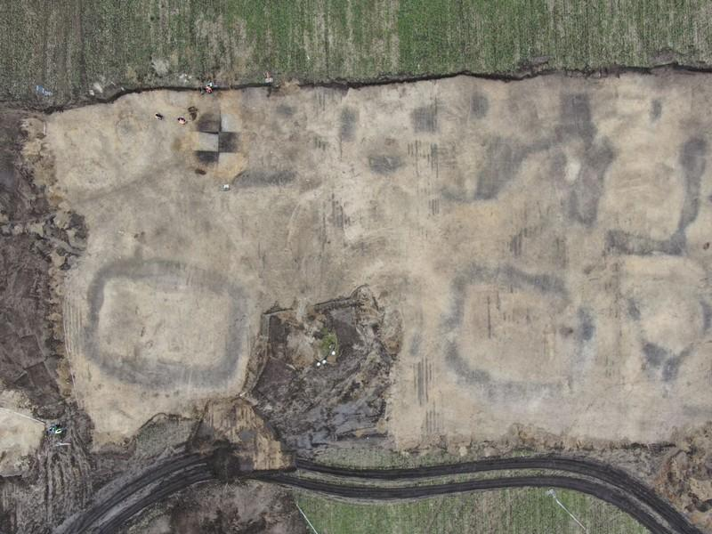 Letecký pohled na lokalitu s patrnými stopami po původních mohylách
