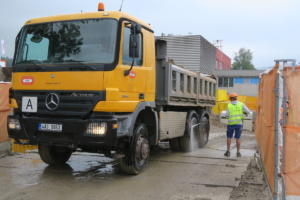 Čištění kol nákladních aut ze stavby