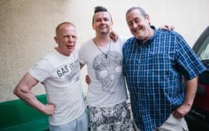 Zleva: autor písně Eddie Howell, frontman PIRATE SWING Bandu Jiří Ševčík a a osobní tajemník Freddieho Mercuryho Peter Freestone, pauza při natáčení