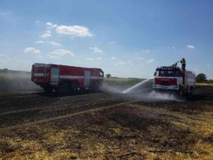 Šest jednotek hasičů likvidovalo požár pole v Chotči