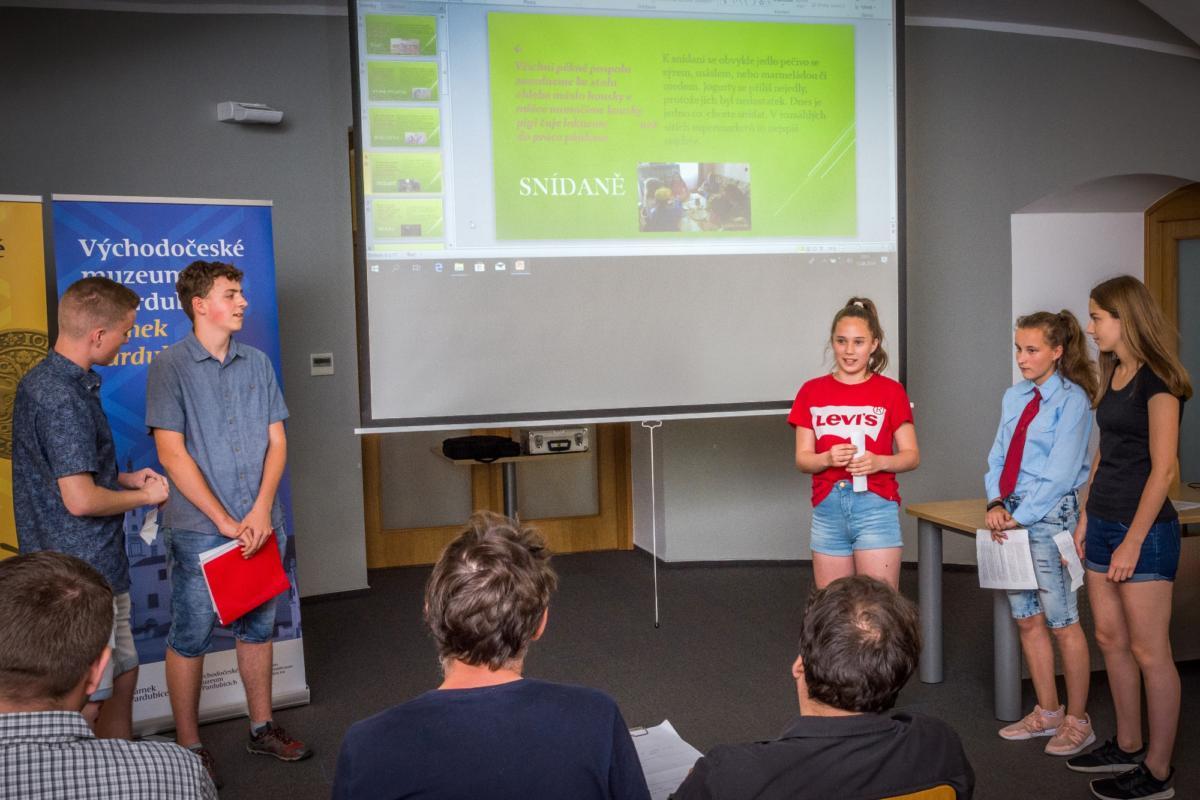 Vítězný tým ze Skutče prezentuje tvorbu videoklipu