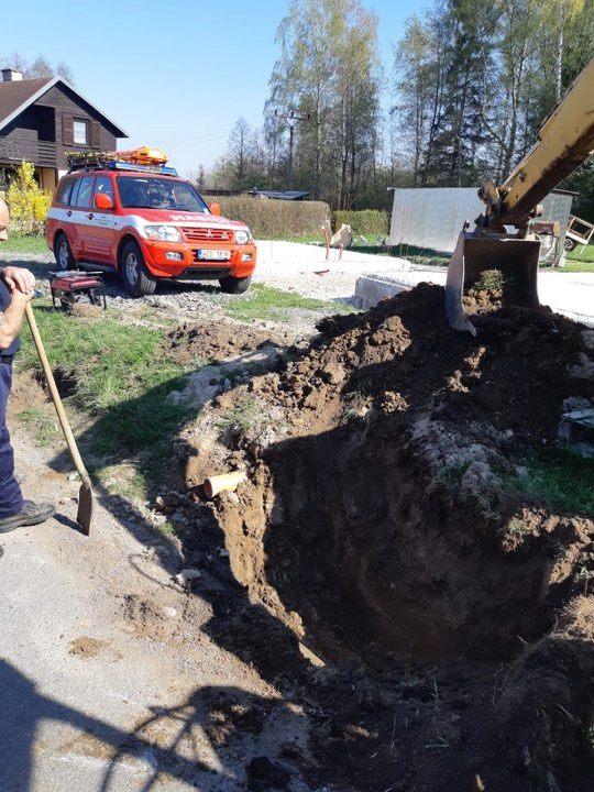Hasiči z Budislavi zachránili psa z kanalizace...