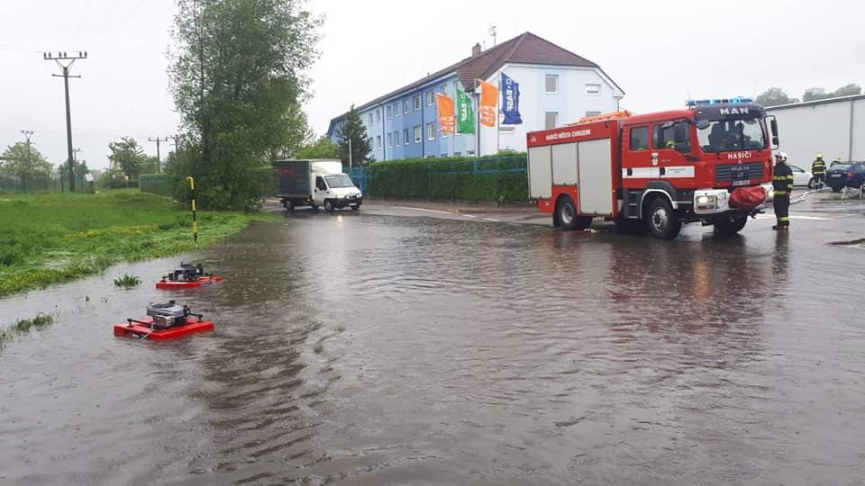 Déšť zaplavuje ulici K Májovu v Chrudimi