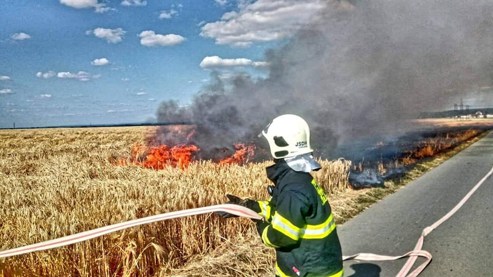 Požár pole o rozloze asi 0,5 hektaru odpoledne 28. června 2019 likvidovaly jednotky v Tuněchodech.