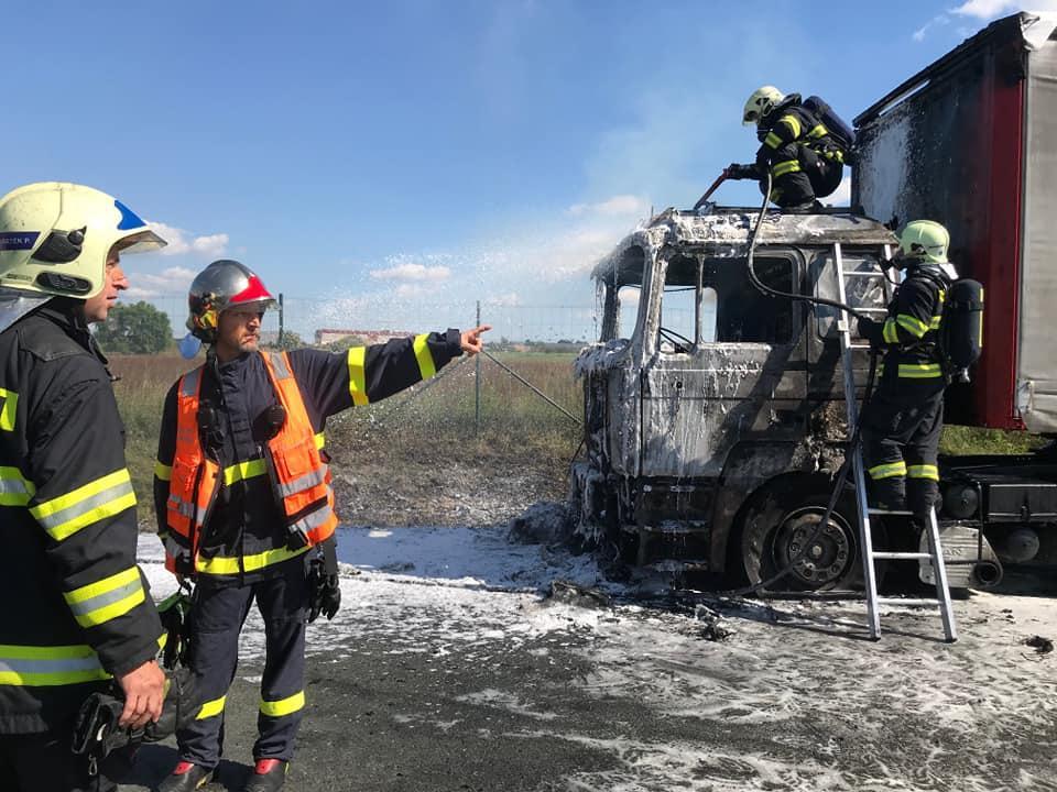 Požár kamionu na I/37 u Srchu
