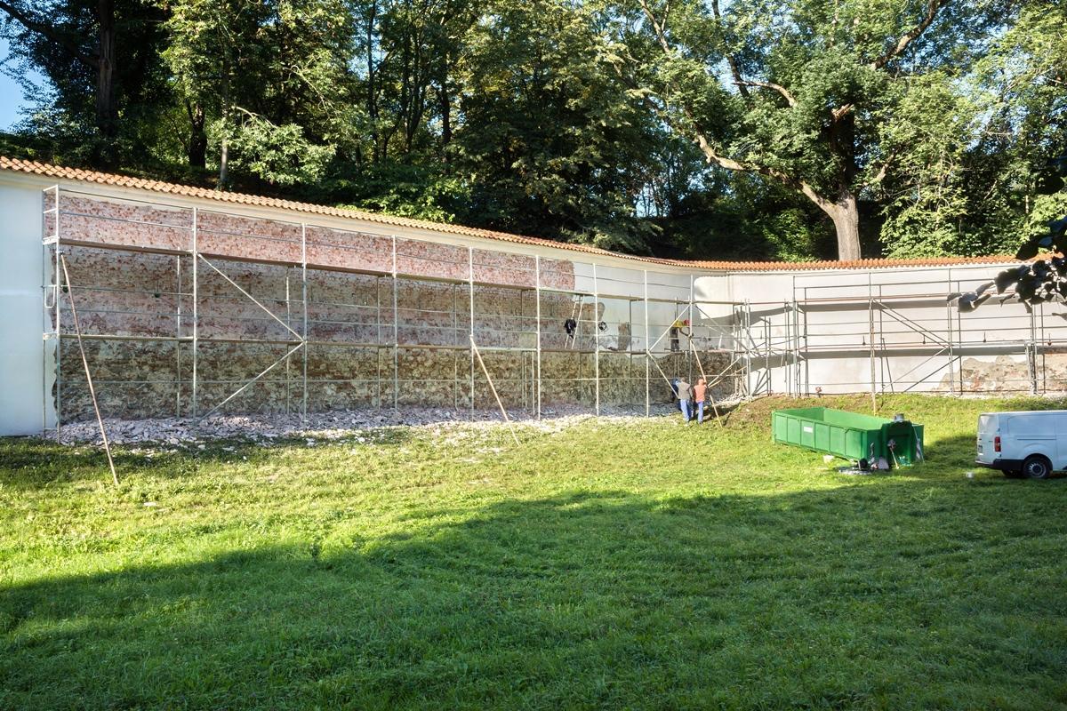 Kousek po kousku – i letos pokračuje oprava hradební zdi Zámku Pardubice