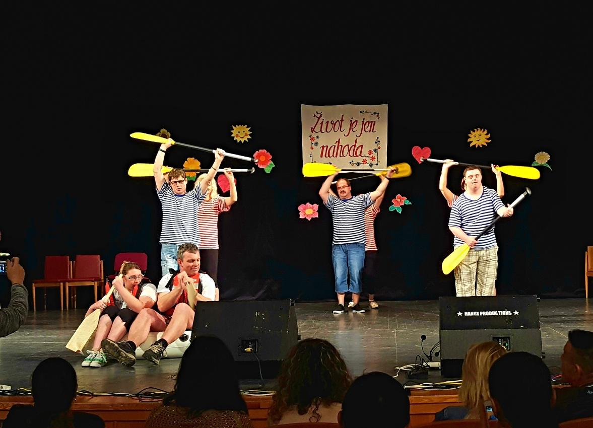 Mladí lidé vytvořili úžasnou atmosféru účastníkům festivalu sociálních služeb