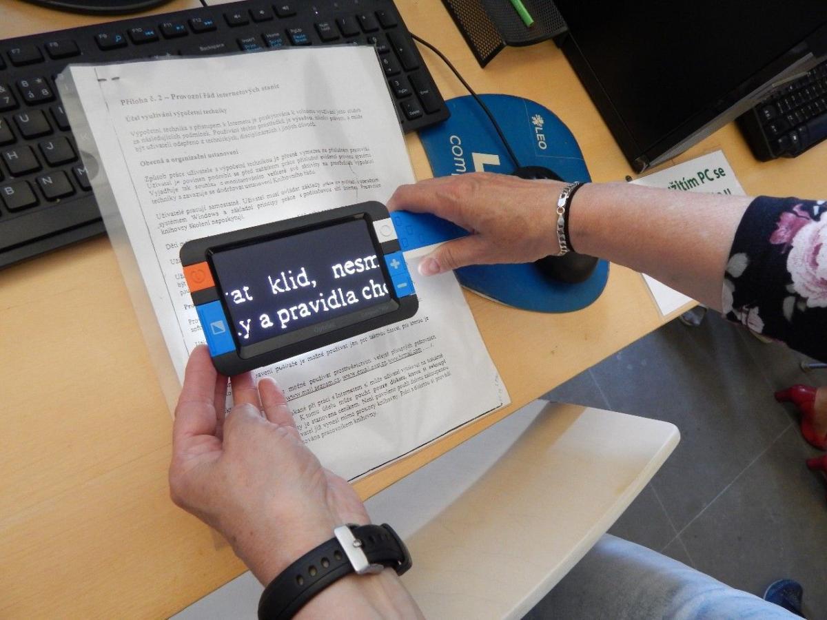 Představení nových kompenzačních pomůcek v knihovně pro čtenáře se zrakovým handicapem